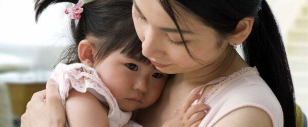 جدایی از والدین باعث بروز علائم وجود استرس در کودکان نوپا می شود.